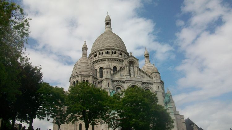 Navigating a random walk in Paris by landmarks like Sacré-Coeur.